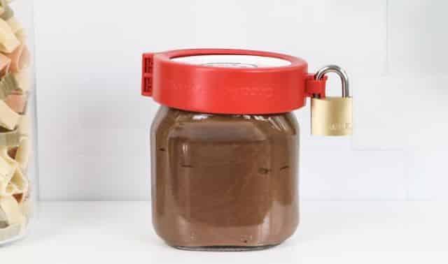 18 Votre pot de Nutella c'est VOTRE pot et gare à celui qui y touche. Placez un cadenas spécialement conçu pour garder votre petit trésor à l'abri des voleurs