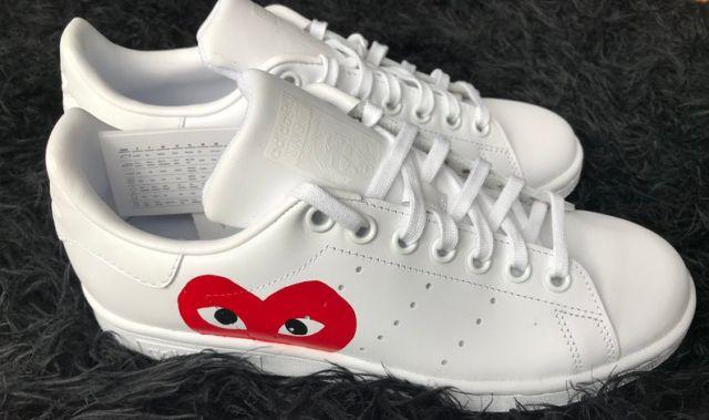 24 Ces Stan Smith blanches avec ce petit cœur discret rouge sont superbes. Un modèle de sneakers que les femmes vont adorer porter