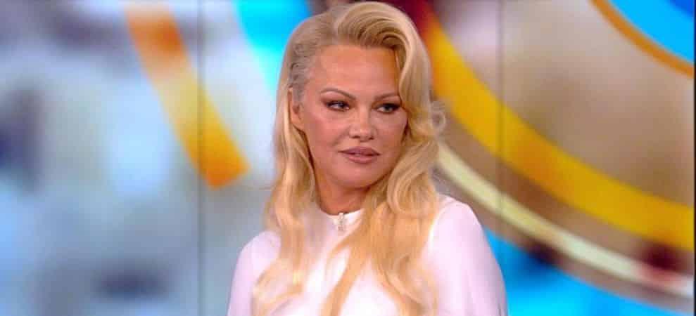 """Pamela Anderson à la télé: elle revient sur la """"double vie"""" d'Adil Rami !"""