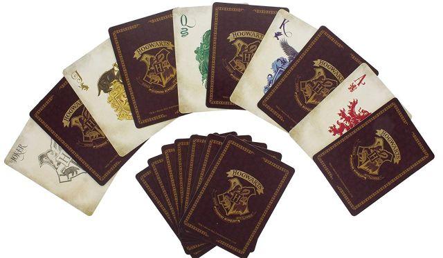 9 Un jeu de cartes à jouer sous licence officielle. Il contient un jeu de cartes de 52 cartes des maisons de Poudlard et 2 cartes génériques cartes