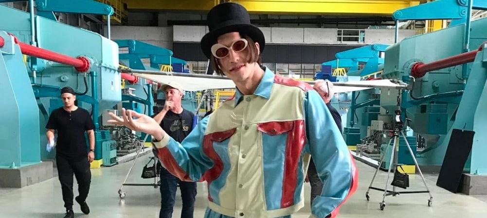 "Roméo Elvis en Willy Wonka du cannabis pour son clip ""Chocolat"" ! (VIDEO)"