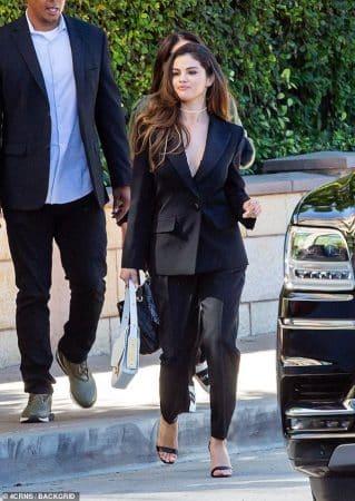 Selena Gomez belle et sexy: elle opte pour un décolleté plongeant ! (PHOTO)