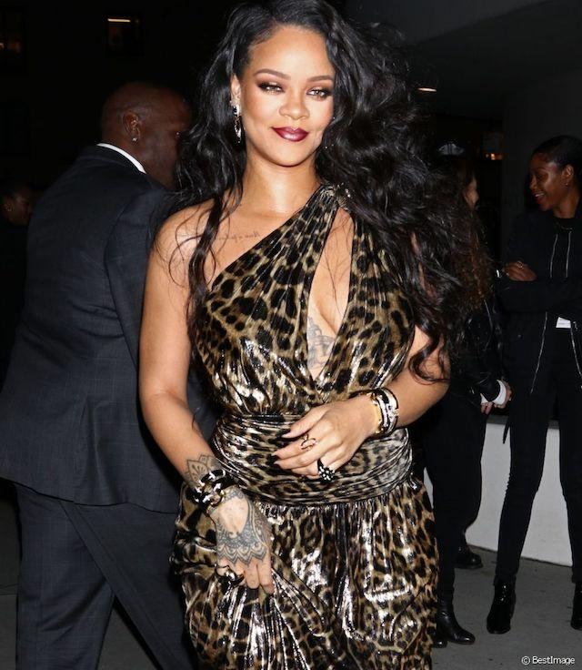 Rihanna en robe panthère très sexy pour le lancement de son livre !