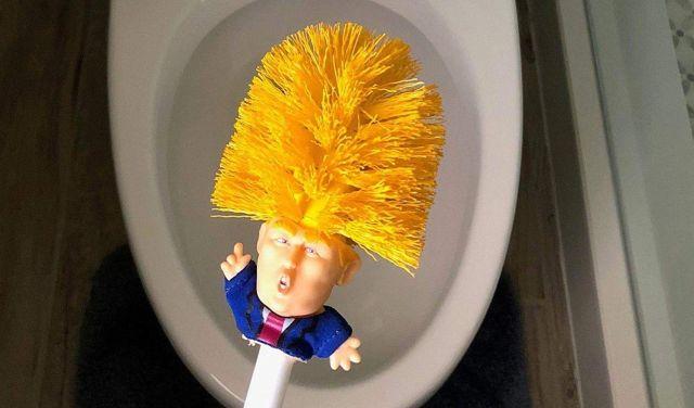 1 Tu connais une personne qui déteste Donald Trump. Ce petit cadeau va lui faire très plaisir. Et il aura toute sa place dans ses toilettes
