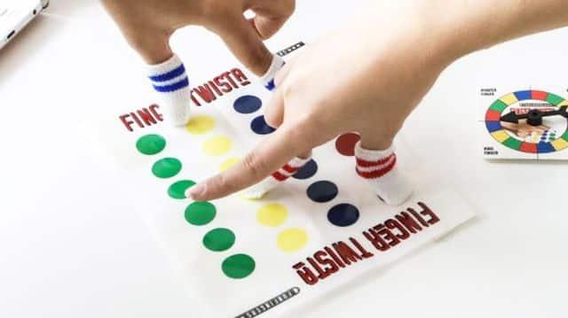 21 Enfilez vos chaussettes de doigts et préparez-vous à défier votre adversaire au twister. Attention à l'entorse du doigt, elle est aussi vite arrivée