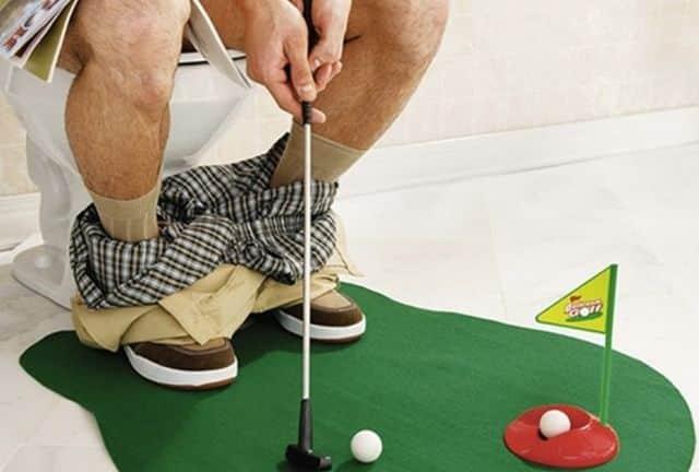 21 Vous connaissez quelqu'un qui passe sa vie dans les toilettes Réveillez le sportif qui sommeille en lui, avec ce jeu de mini golf