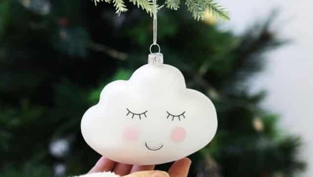 24 Et si vous passiez les fêtes de noël sur un petit nuage avec cette jolie et mignonne boule à mettre sur votre sapin l'année prochaine