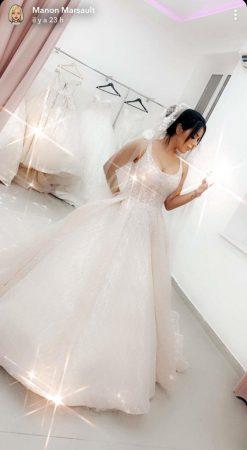 Laura Lempika fiancée: elle pose en robe de mariée ! (PHOTO)