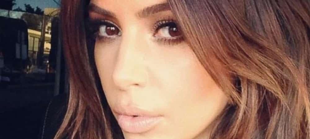 Kim Kardashian: l'amie des animaux ? Elle pose avec un perroquet rose !