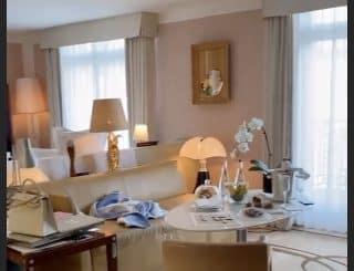 Nabilla à Paris: elle loge dans un incroyable hôtel ! (PHOTOS)