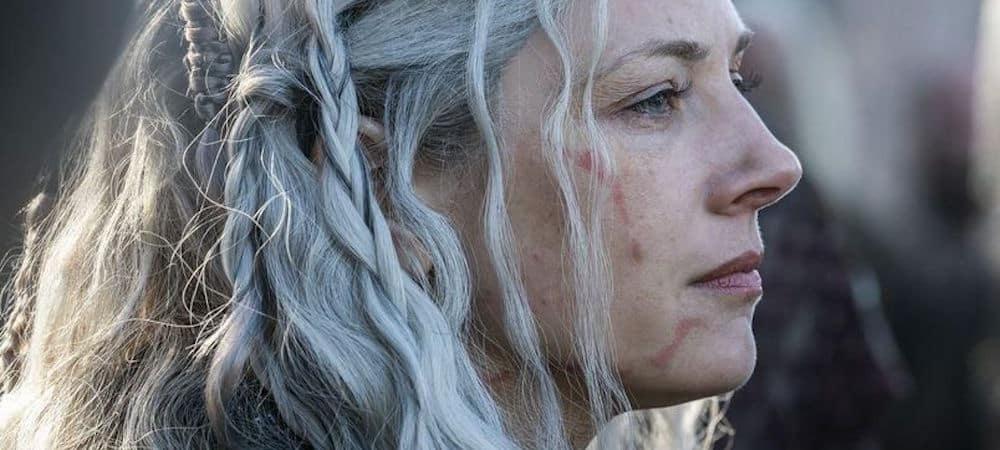 """La saison 6 de Vikings est arrivée depuis plusieurs semaines sur le petit écran. Les fans ne se remettent pas de la mort d'un personnage phare de la série. Attention, l'article contient des spoilers ! Cela fait plus de six ans que les fans de Vikings suivent avec attention les aventures de Lagertha, Bjorn et des autres personnages. Depuis plusieurs semaines, la chaîne History diffuse les nouveaux épisodes et cette saison ne manque pas d'action. Au fil des années, Lagertha s'est fait de nombreux ennemis mais elle reste le personnage préféré des fans. Ainsi, tout le monde espérait que la mère de Bjorn survivrait. Pourtant, il y a peu, les fans de Vikings ont pu voir un nouvel épisode de la saison 6. Cet épisode a choqué tout le monde puisque Lagertha est morte. Les fans savaient au fond d'eux que l'ancienne Reine de Kattegat devait mourir. En effet, le devin avait annoncé sa mort depuis plusieurs saisons. Pour autant, Katheryn Winnick, l'interprète de Lagertha a eu quelques exigences concernant la mort de son personnage. Vikings : Katheryn Winnick savait quelle mort elle voulait pour Lagertha Les fans de Vikings étaient très attachés à Lagertha et elle représentait beaucoup de choses dans la série. En effet, Lagertha s'est toujours montrée comme une femme forte, indépendante et une vraie guerrière. Ainsi, elle est devenue un symbole au fil des années dans la série. De ce fait, Katheryn Winnick souhaitait que son personnage quitte la série avec classe et que cela soit mémorable. """"J'ai dit à Michael Hirst que je serais contente de pouvoir dire au-revoir à Lagertha, du moment qu'il me donnait une mort vraiment épique, quelque chose que les gens n'oublieront pas"""" a t-elle dit dans EW. Michael Hirst, le créateur de Vikings semble avoir tenu sa parole dans la saison 6. En effet, l'interprète de Lagertha est contente de la fin de son personnage. """"C'est ce qu'il a fait."""" a t-elle signalé. En plus, Katheryn Winnick finit très bien son aventure dans la série. En effet, elle a e"""