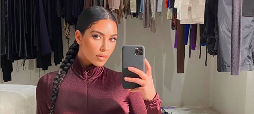 Kim Kardashian radieuse elle pose en total look SKIMS10022020-