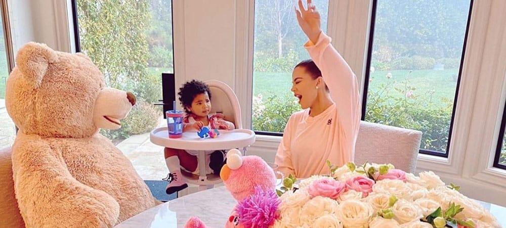 Khloé Kardashian sa fille True s'éclate sur un trampoline géant1000