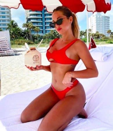 Instagram: Maddy Burciaga hyper sexy en bikini pour un calin avec son chien !
