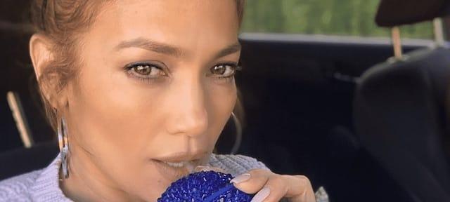 Jennifer Lopez s'affiche en total look rose et très sexy !