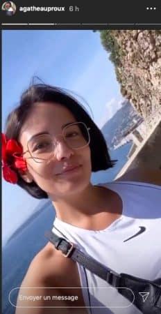 Agathe Auproux rayonnante à la mer avec une fleur dans les cheveux !