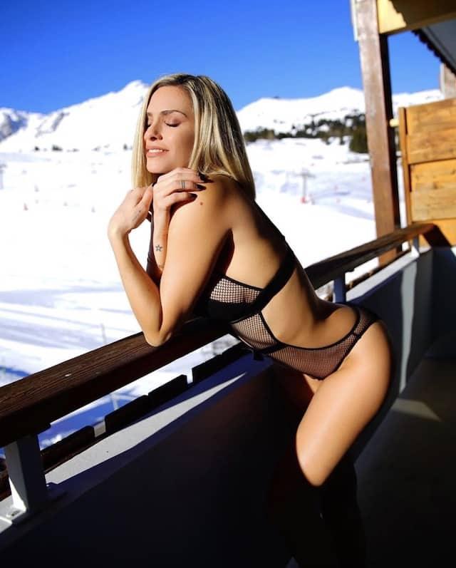 Clara Morgane fête ses 700k abonnés avec une photo très dénudée !