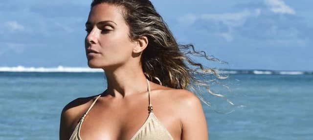 Clara Morgane sexy topless et en mini-short !