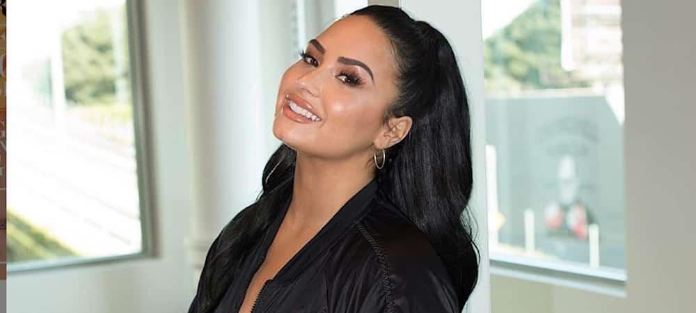 Demi Lovato sexy au soleil avec de drôles de lunettes de piscine 1000