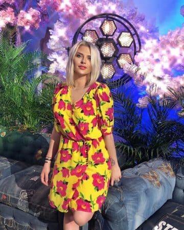 Kelly Vedovelli se compare à une magnifique fleur sur Instagram 640