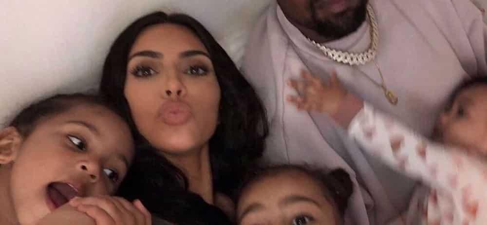 Kim Kardashian dévoile une rare photo de Kanye avec North et Chicago !