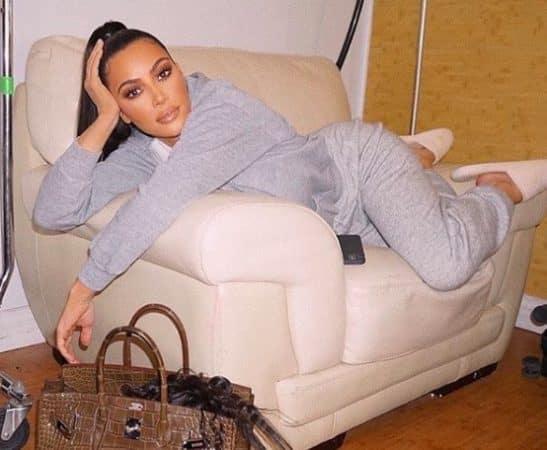 Kim Kardashian s'affiche allongée dans sa tenue préférée du confinement !