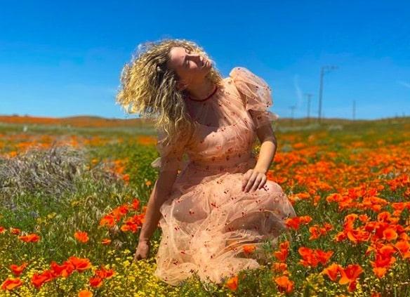 Lili Reinhart s'affiche en robe transparente en pleine nature !