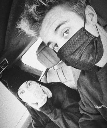 Hailey Baldwin et Justin Bieber portent un masque