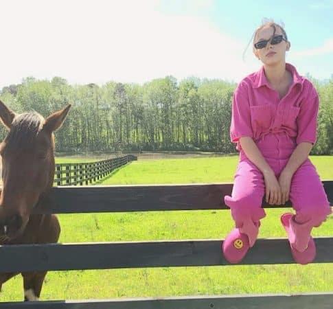 Millie Bobby Brown- regard de braise et veste en jean sur Instagram 640