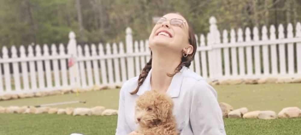 Millie Bobby Brown s'éclate et parle à son chien dans une vidéo TikTok !
