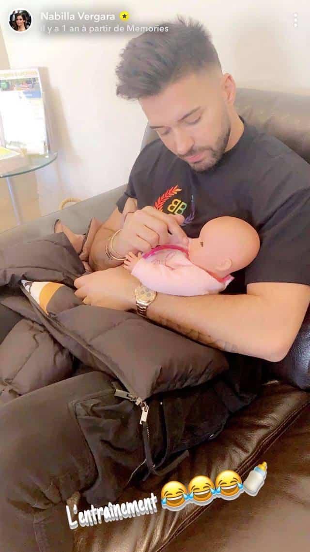 Nabilla: Thomas joue le papa sur une poupée pour s'entraîner !