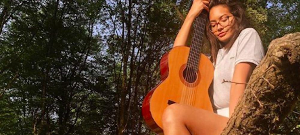 Vaimalama Chaves (Miss France) donne les bases de la guitare à ses fans !