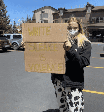 Sophie Turner manifeste contre le racisme et se fait clasher !