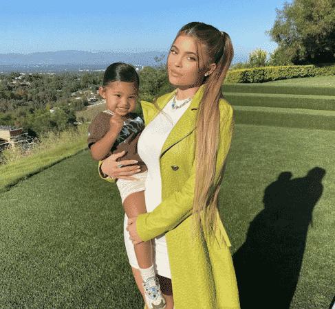 Kylie Jenner pose avec sa petite Stormi en pleine nature !