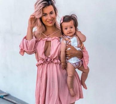 Carla Moreau pose avec sa maman et sa fille Ruby pour la fête des mères !