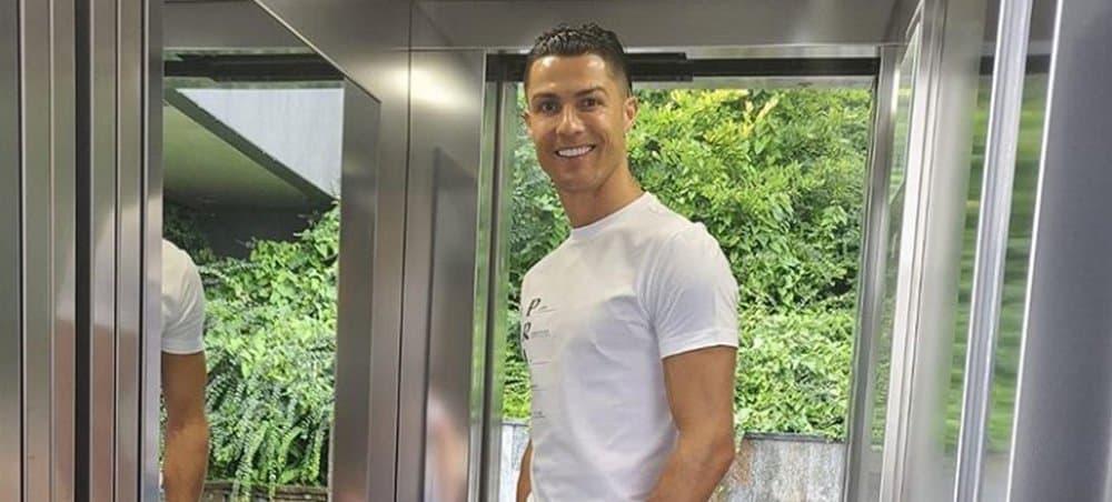 Cristiano Ronaldo pose avec sa chérie Georgina à bord de leur yacht !