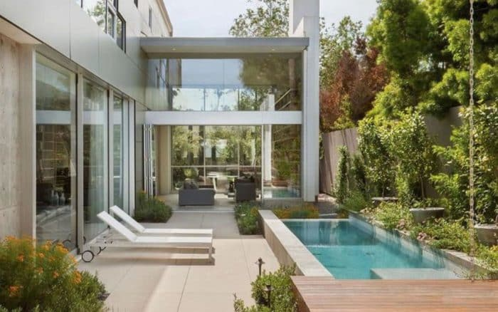 Emilia Clarke (Game of Thrones) loue une villa à Richard Madden et Froy Gutierrez !