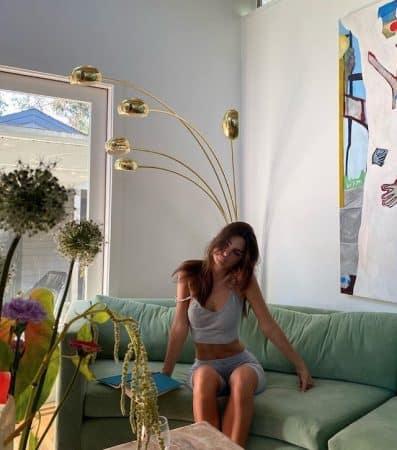 Emily Ratajkowski couverte de fleurs pour célébrer ses 29 ans 640