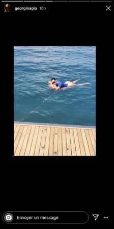 Georgina- la chérie de Cristiano Ronaldo fait de la bouée en string 640