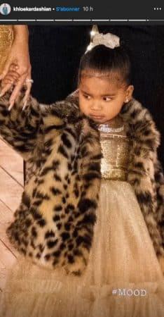 Khloé Kardashian affiche sa fille True dans un total look doré !