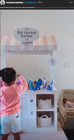 Khloé Kardashian s'éclate avec les petits poneys de sa fille True !