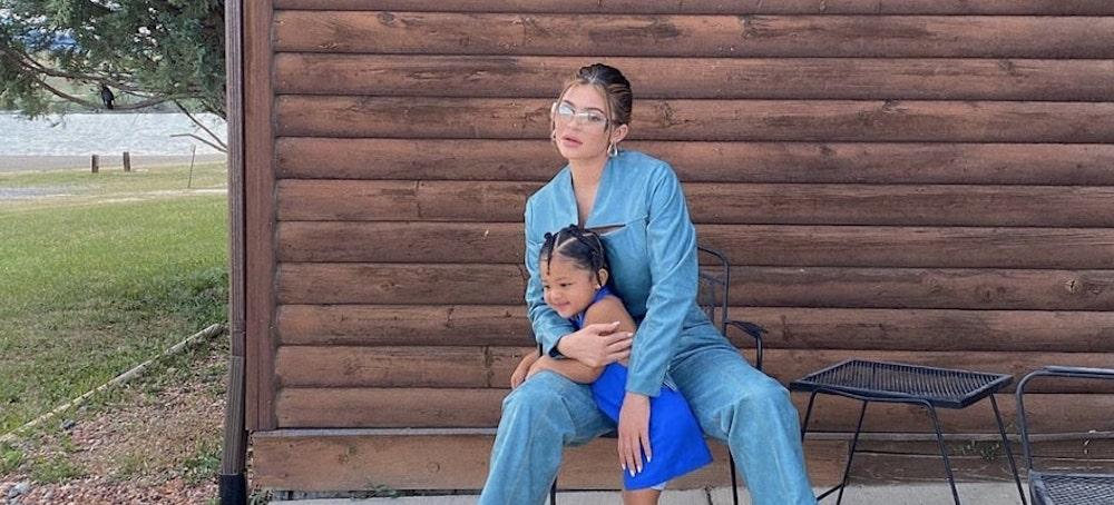 Kylie Jenner: sa petite Stormi pose dans un outfit ultra tendance !