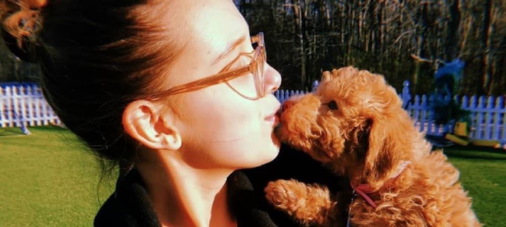 Millie Bobby Brown se réveille avec son adorable petit chien 1000