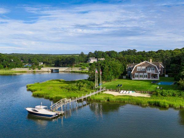 Rihanna dépense 415,000 dollars pour ses vacances aux Hamptons cet été !