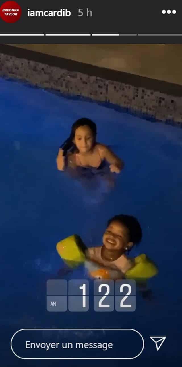 Cardi B se fait un bain de minuit avec ses amis et sa fille Kulture !