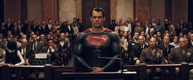 Henry Cavill en costume noir et avec une coupe mulet dans Superman !