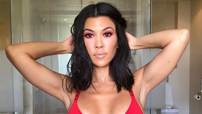 Kourtney Kardashian sexy au beau milieu de coeurs géants sur Instagram !