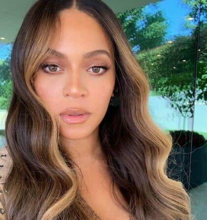 Beyoncé s'affiche dans une magnifique robe très échancrée !
