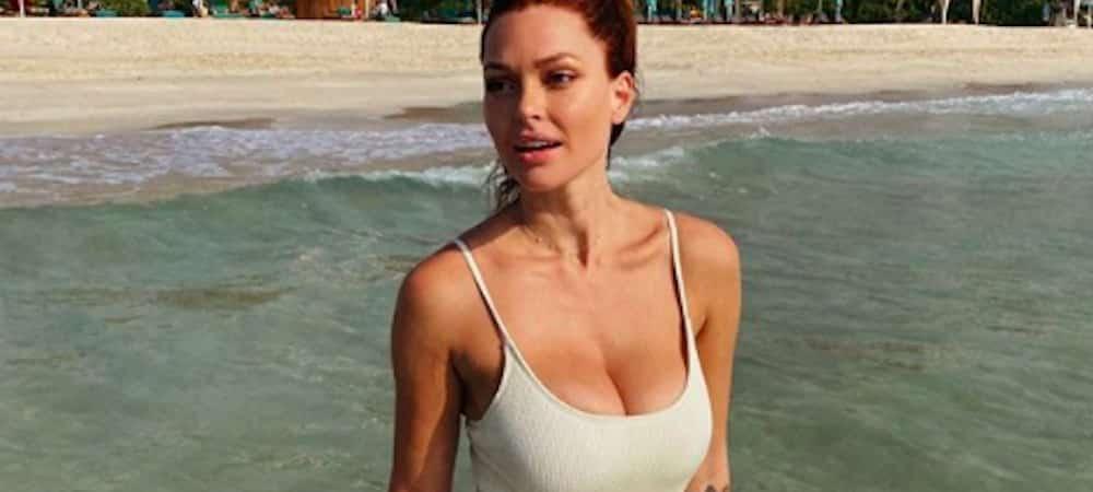 Caroline Receveur dévoile son décolleté XXL en bikini très sexy !