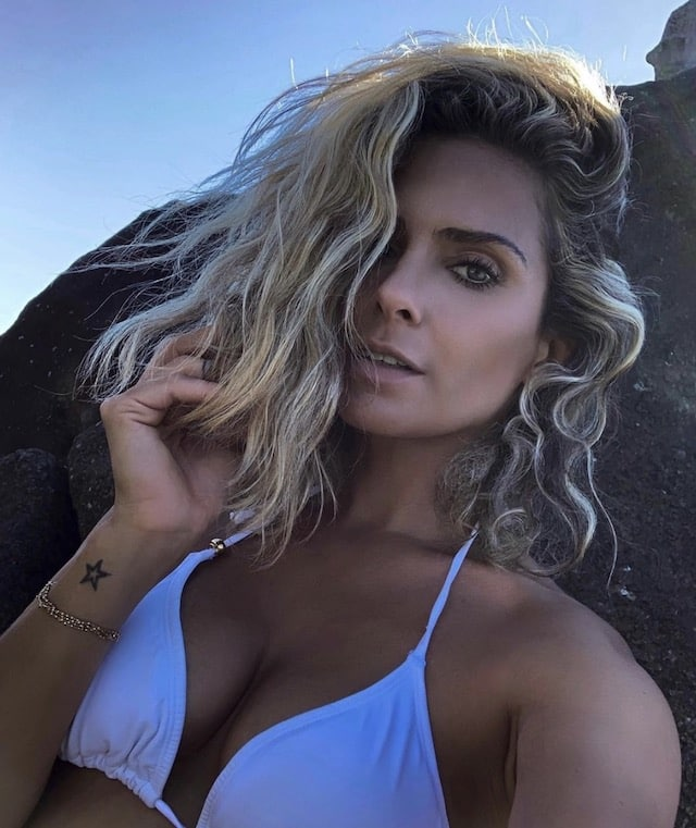 Clara Morgane souriante et sexy en tunique transparente sur Instagram !
